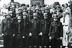 50jähriges Bestehen Feuerwehr Zündorf 1951 Bild am Kriegsdenkmal an der Zündorfer Groov