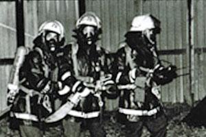Angriffstrupp im Atemschutz Einsatz Feuerwehr Zündorf