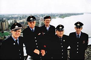 Ehrenabteilung im Jahre 1997 im Hintergrund mit Blick auf Zündorf